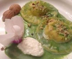 Panciotti con ricotta e noci su vellutata di spinaci