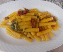 Pasta risottata con rucola e pomodori secchi